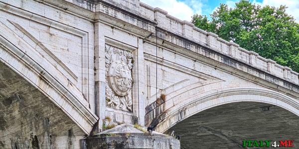 Мост Умберто I в Риме облицован травертиновыми плитами