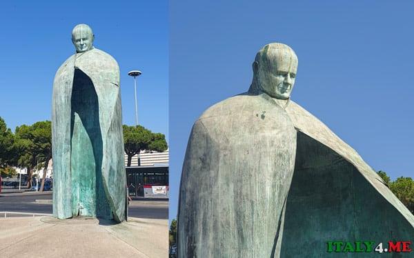 Памятник Папе Римскому в Риме напротив вокзала Термини