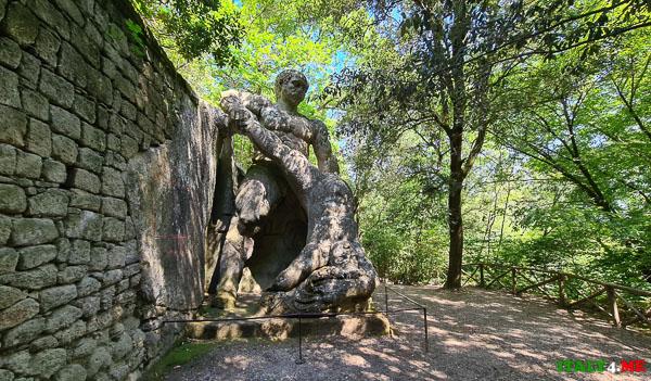 фигура Геракл, который побеждает Какоса в парке монстров Бомарцо