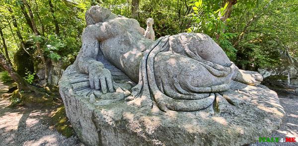 Фигура спящей женщины в парке Монстров
