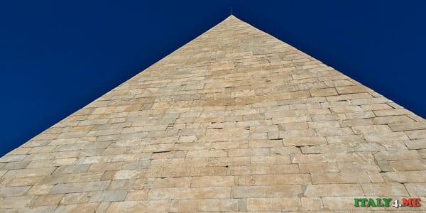 Пирамида Цестия построена в 12-18 годах до нашей эры