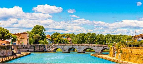 Мост Тиберия в Римини летом