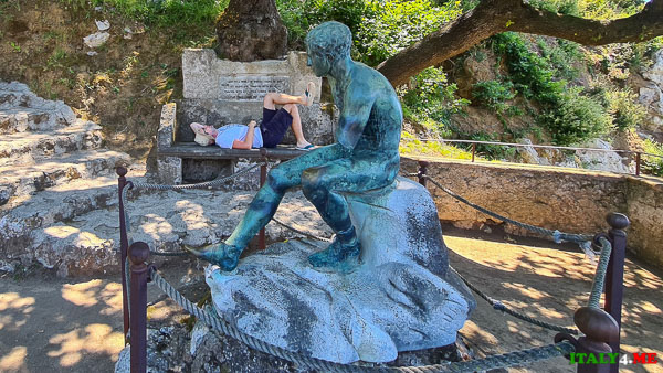 Артур Якуцевич лежит на скамье Меркурия на вилле Чимброне