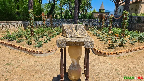Солнечные часы и розарий на вилле Чимброне в Равелло