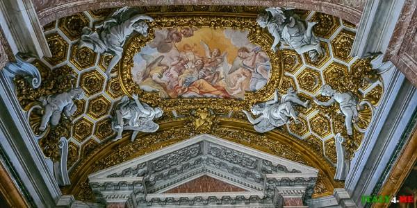Скульптуры из мрамора в церкви Сант-Андреа-аль-Квиринале