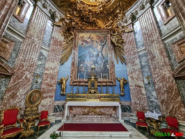 сцена мученичества святого Андрея над алтарем в церкви Сант-Андреа-аль-Квиринале
