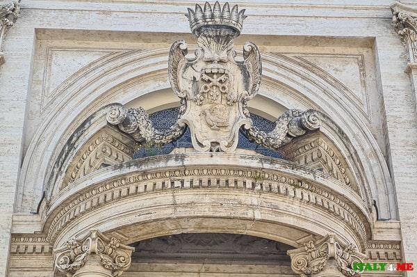 Герб семьи Памфили на фасаде церкви Сант-Андреа-аль-Квиринале в Риме