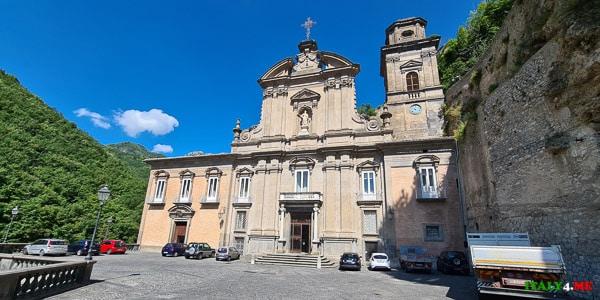 фасад Базилики Аббатство Святой Троицы в Кава-де-Тиррени