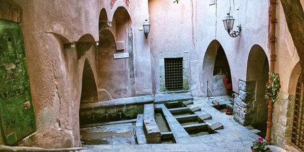 Средневековая прачечная достопримечательность в Чефалу