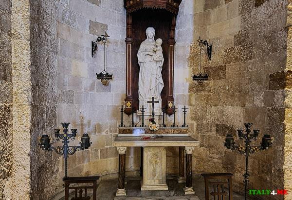 Скульптура мадонны в кафедральном соборе Сиракуз