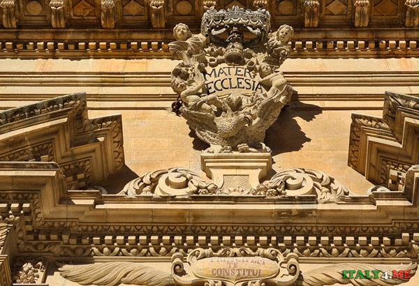 Главный портал Дуомо в Модике украшает надпись MATER ECCLESIA