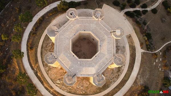 Кастель дель Монте вид сверху геометрия замка