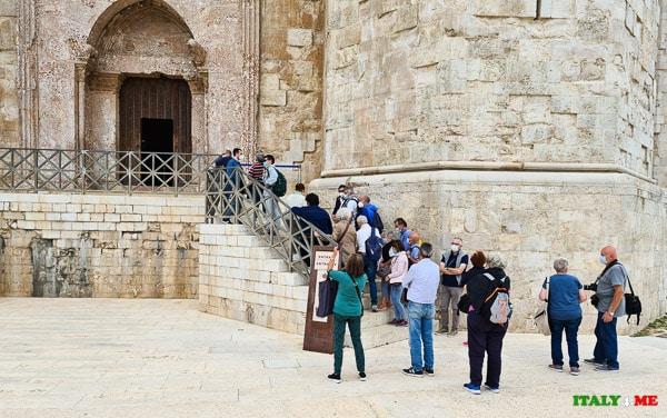 Очередь туристов в замок Кастель дель Монте