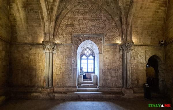 Внутри замка Кастель дель Монте Апулия