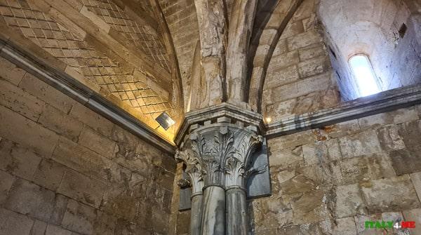 Внутренняя отделка колонна в замке Кастель дель Монте