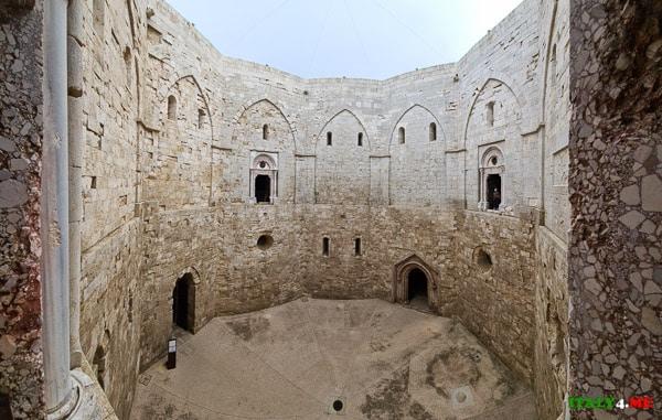 Внутренний двор замка Кастель дель Монте в Апулии