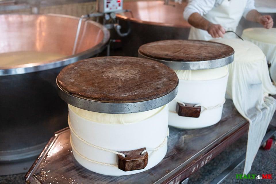 Форма для производства Пармезана накрытая деревянной крышкой