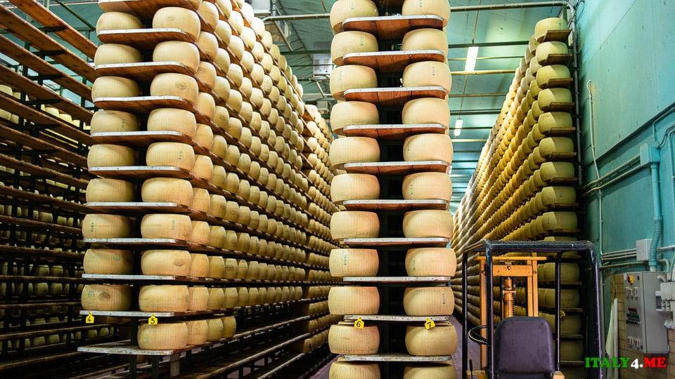 склад для выдержки Parmigiano Reggiano в Италии