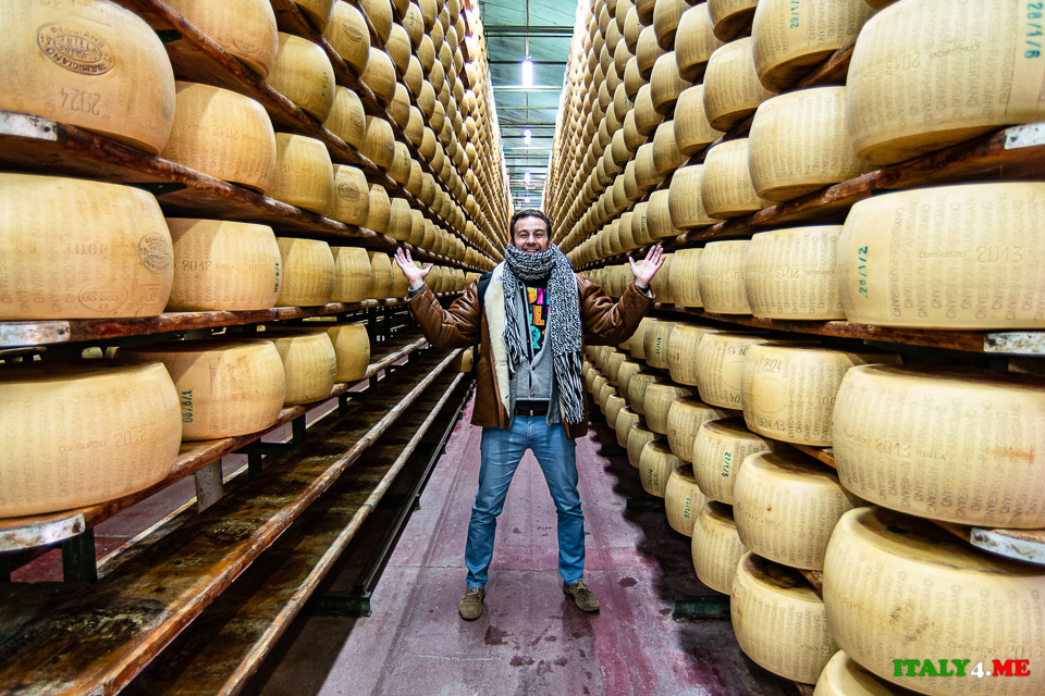 Артур Якуцевич на сыроварне в Италии, склад Пармезана
