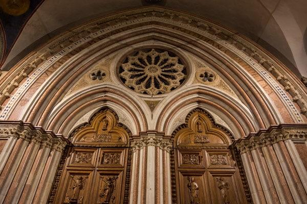 Витраж и дверь в базилику святого Франциска в Ассизи