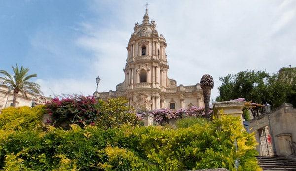 Лестница ведущая к собору святого Георгия в Модике