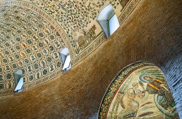 Мозаики в мавзолее святой Констанции в Риме