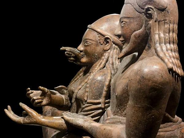 Саркофаг супругов надгробный памятник из терракоты в этрусском музее Рим