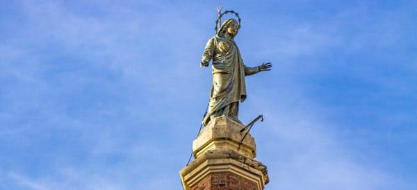 Статуя Мадонны Монталлегро на куполе церкви Святых Гервасио и Протасио в Рапалло