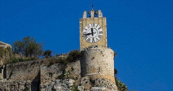 Часовая башня в замке Модика