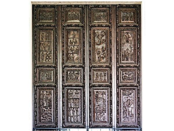 Деревянные двери в базилике святой Сабины в Риме