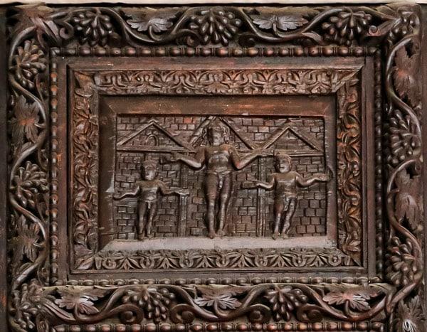 Распятие на деревянных дверях в базилике Санта Сабина Рим