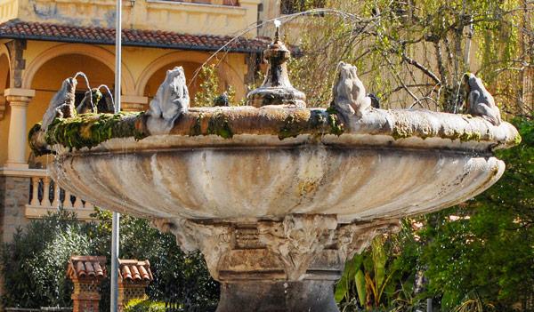 верхняя чаша фонтана Лягушек (Fontana delle Rane) в квартале Коппеде Рим