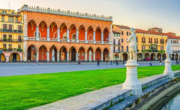 Лоджия Амулеа (Loggia Amulea) на площади Прато делла Валле в Падуе