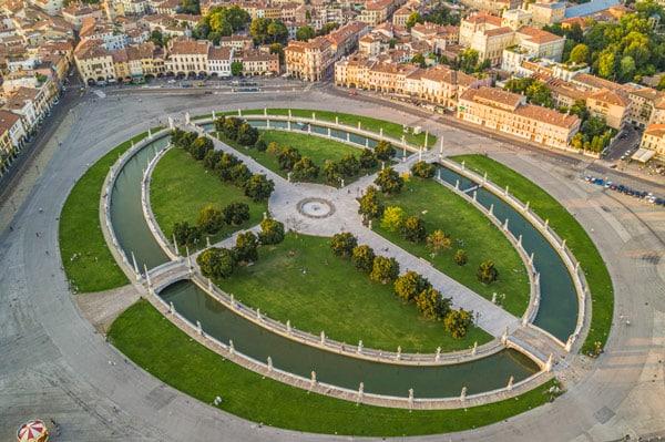 Вид сверху на площадь Прато делла Валле в Падуе