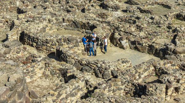 Туристы посещают нураги на Сардинии