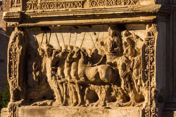 Тит в квадриге барельеф на арке в Риме