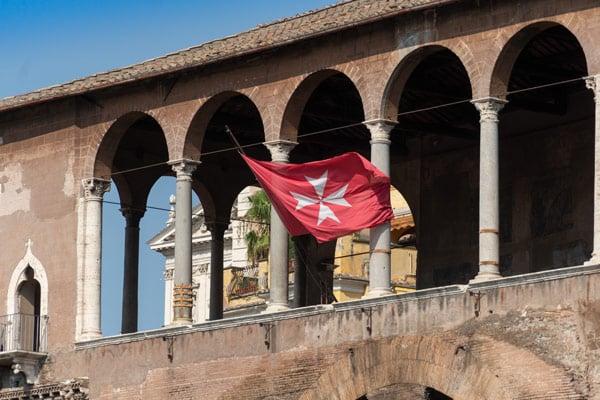 Флаг на доме рыцарей Родоса в Риме