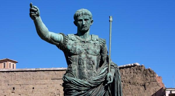 Статуя императора Августа напротив Форума в Риме