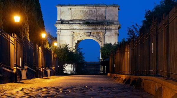 Священная дорога Via Sacra к Арке Тита в Риме