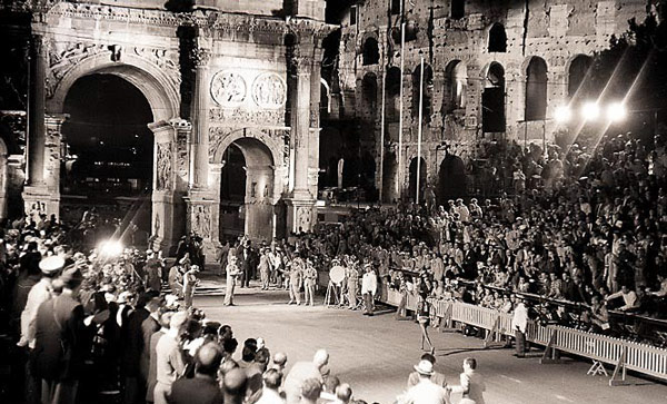 Финиш марафона на Олимпиаде 1960 года в Риме у арки Константина босоногий бегун из Эфиопии