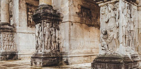 барельефы на цоколе колонн арки Константина Великого в Риме