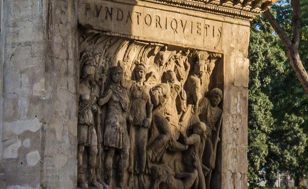 Барельеф внутри арки Константина в Риме
