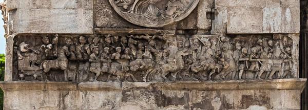 Фриз барельеф на восточной стороне арки Константина Великого в Риме