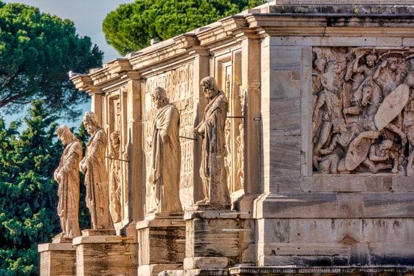 Мраморные скульптуры пленённых даков на Арке Константина в Риме