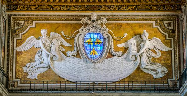 витраж с изображением пчёлок из фамильного герба рода Барберини Базилика Санта-Мария ин Арачели Рим