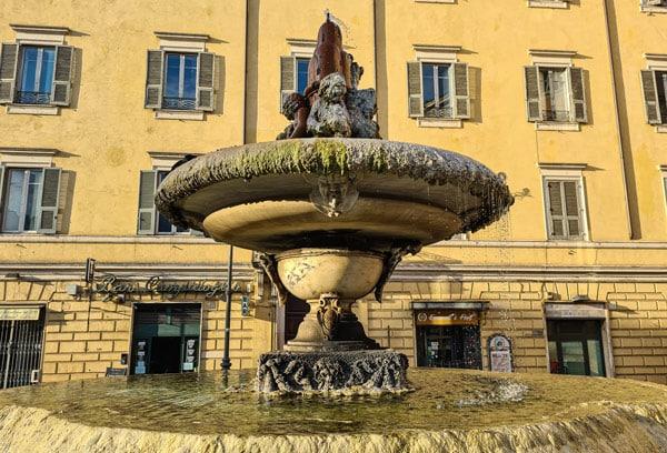 Чаши фонтана на площади Арачели в Риме