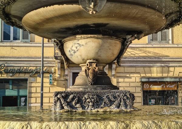 Символ Рима SPQR фонтан на площади Арачели в Риме