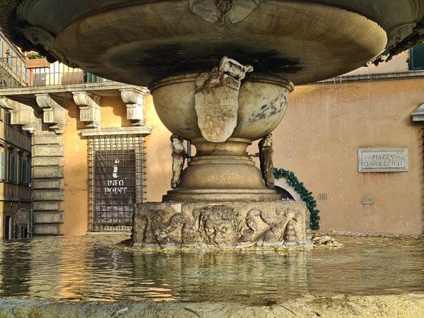 Верхняя и нижняя чаша фонтана на площади Арачели в Риме