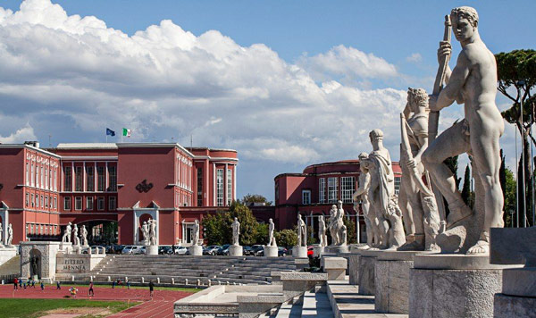 Мраморный стадион со статуями рядом с Олимпийским стадионом в Риме