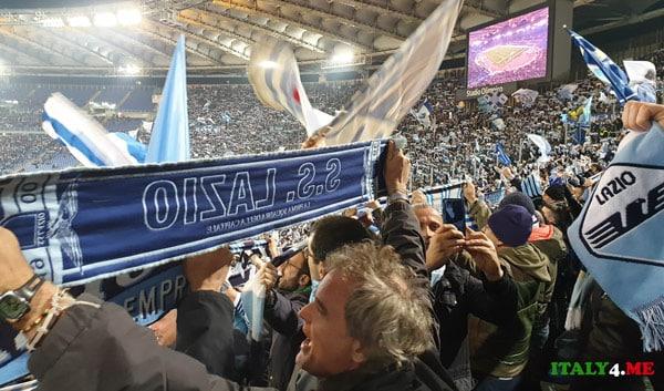 Футбольные фанаты Лацио на трибунах Олимпийского стадиона в Риме